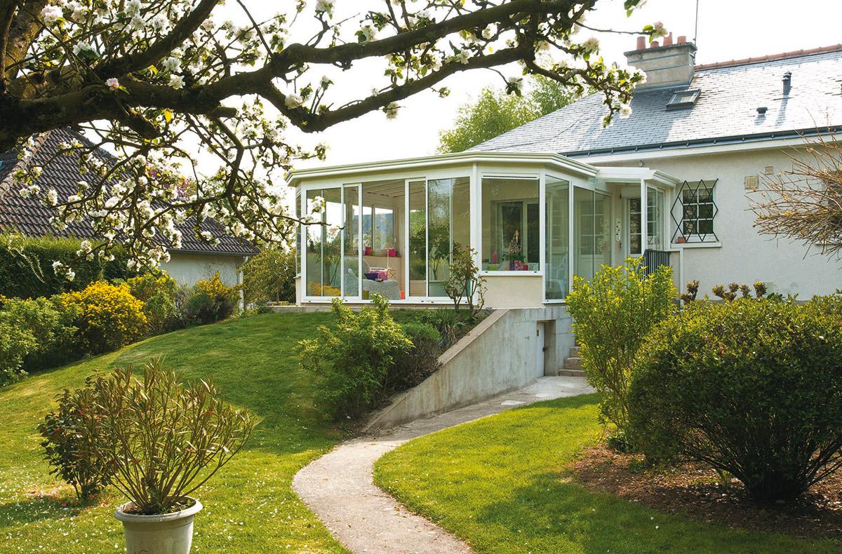 Construire une véranda sur-mesure pour agrandir la maison ou la terrasse.